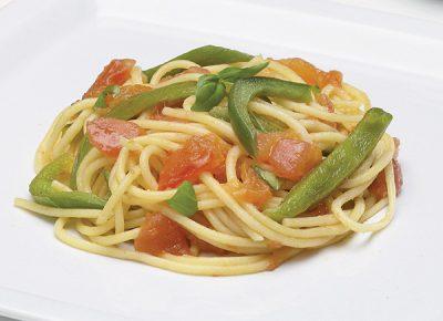 Spaghetti al sugo di pomodori e peperoni